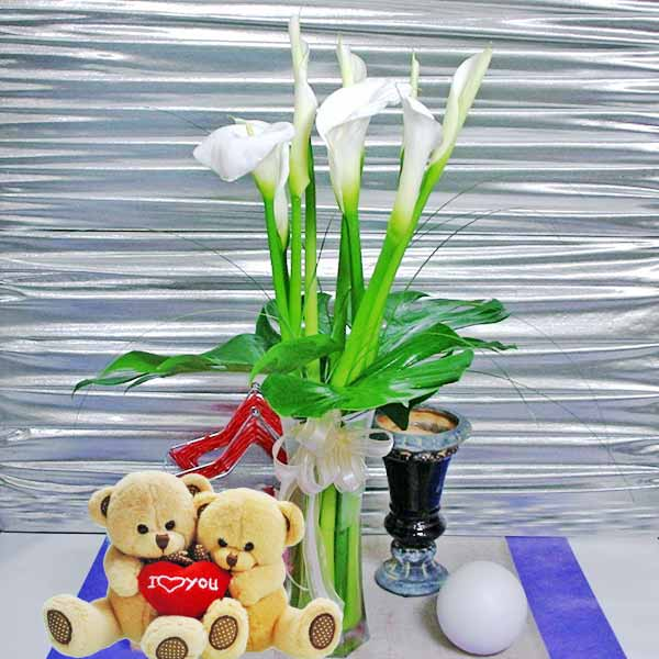 9 Cala-Lilies in a vase with Couple Bears