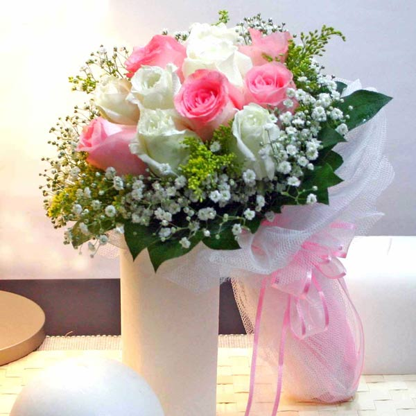 6 Peach 6 White Roses Handbouquet