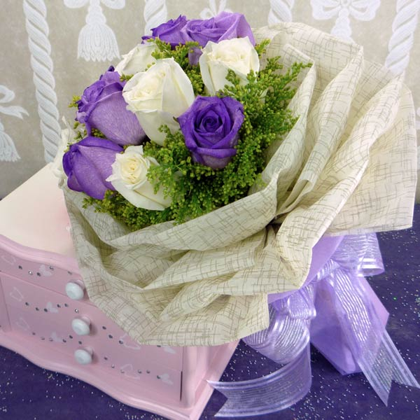 12 Roses ( 6 purple 6 white ) Handbouquet