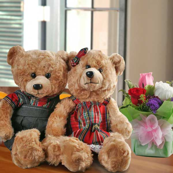 30cm Couple Bear & 3 Mixed Roses Standing Bouquet