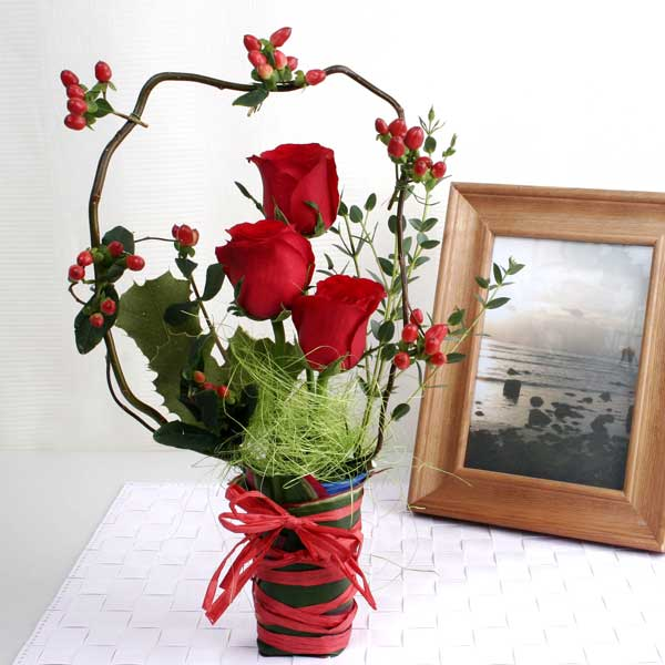 3 Red Roses Arrangement can be carry by hand