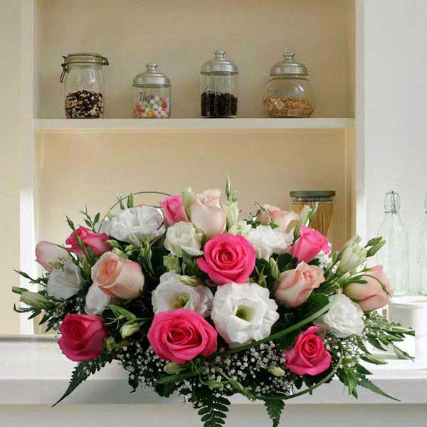 20 mixed roses table arrangement